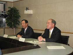 記者会見する三野社長(左)と池田取締役専務執行役員