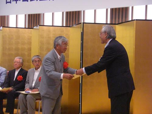 30年以上の永年在任役員に対する感謝状を受け取る木村勝昭理事