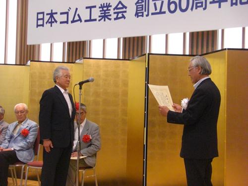 40年以上の永年在任役員に対する感謝状を受け取る西井弘顧問