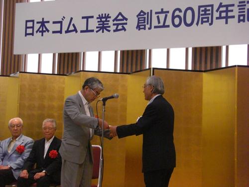 50年以上の永年在任役員に対する感謝状を受け取る中島秀司郎氏