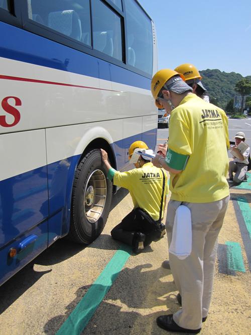 大型バスの溝を点検している様子