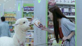 仲良くお買い物中の成海さんとクラレちゃん