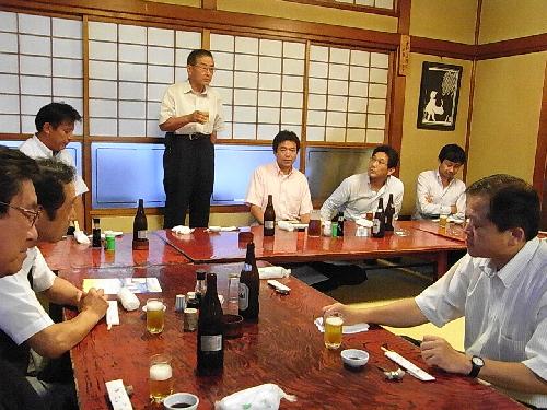 乾杯を発声する右川清夫前会長