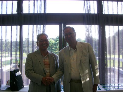 (右)ホールインワン達成の橋本氏