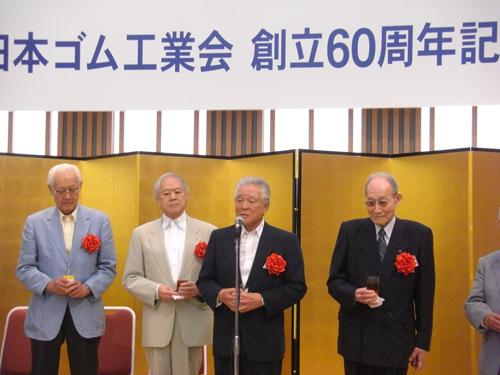 乾杯の音頭をとる西井弘氏(右から2人目)