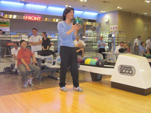 始球式を行う中川雄介親睦部会長