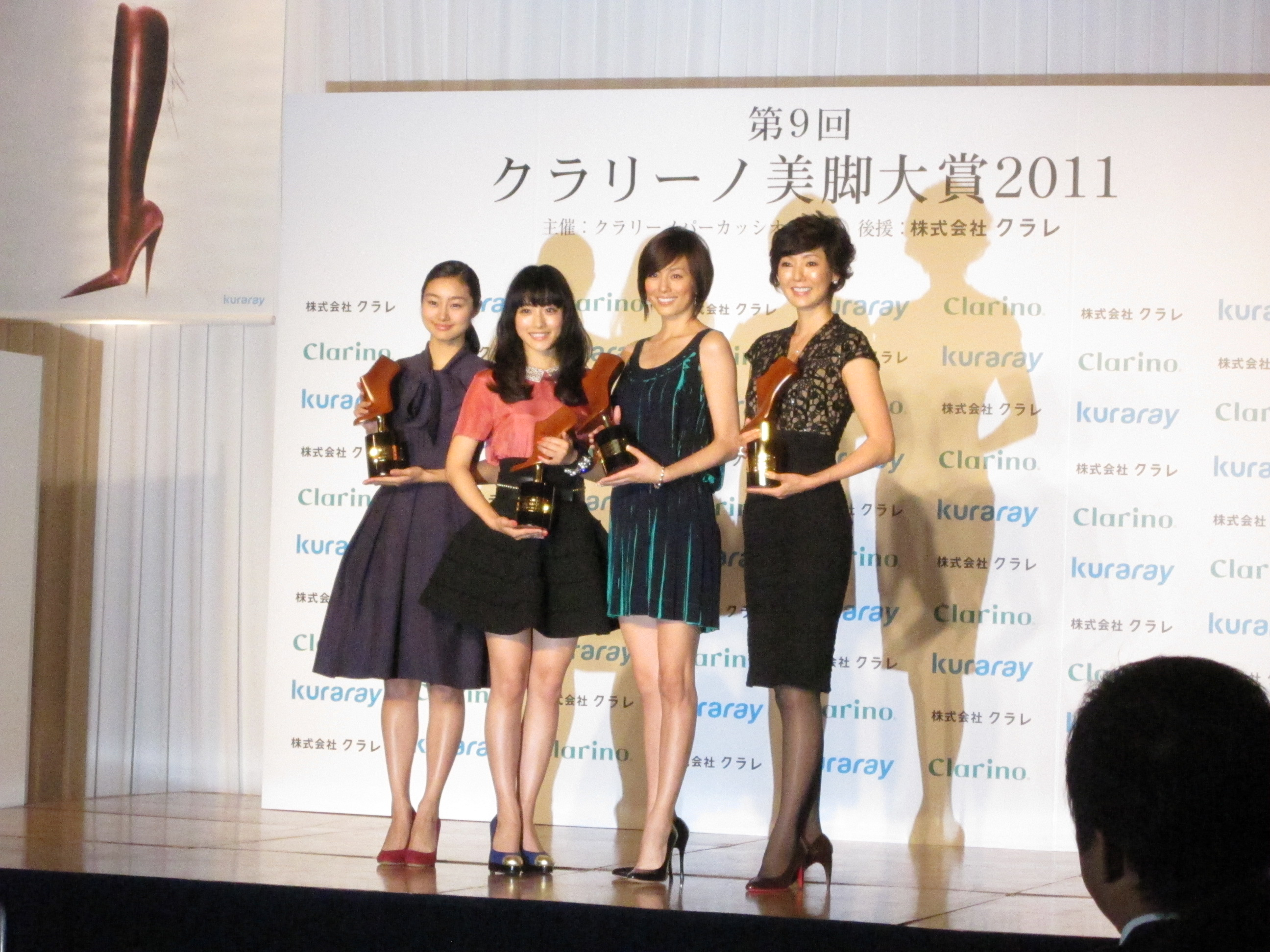 美脚を披露する(左から)忽那汐里、石原さとみ、米倉涼子、とよた真帆