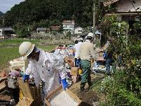 紀宝町でボランティア活動を行う三重工場の従業員