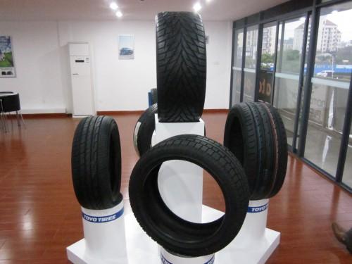 展示中のタイヤ商品