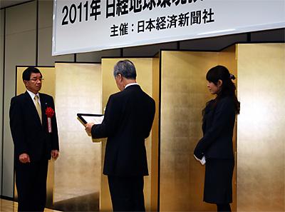 表彰を受ける竹下社長