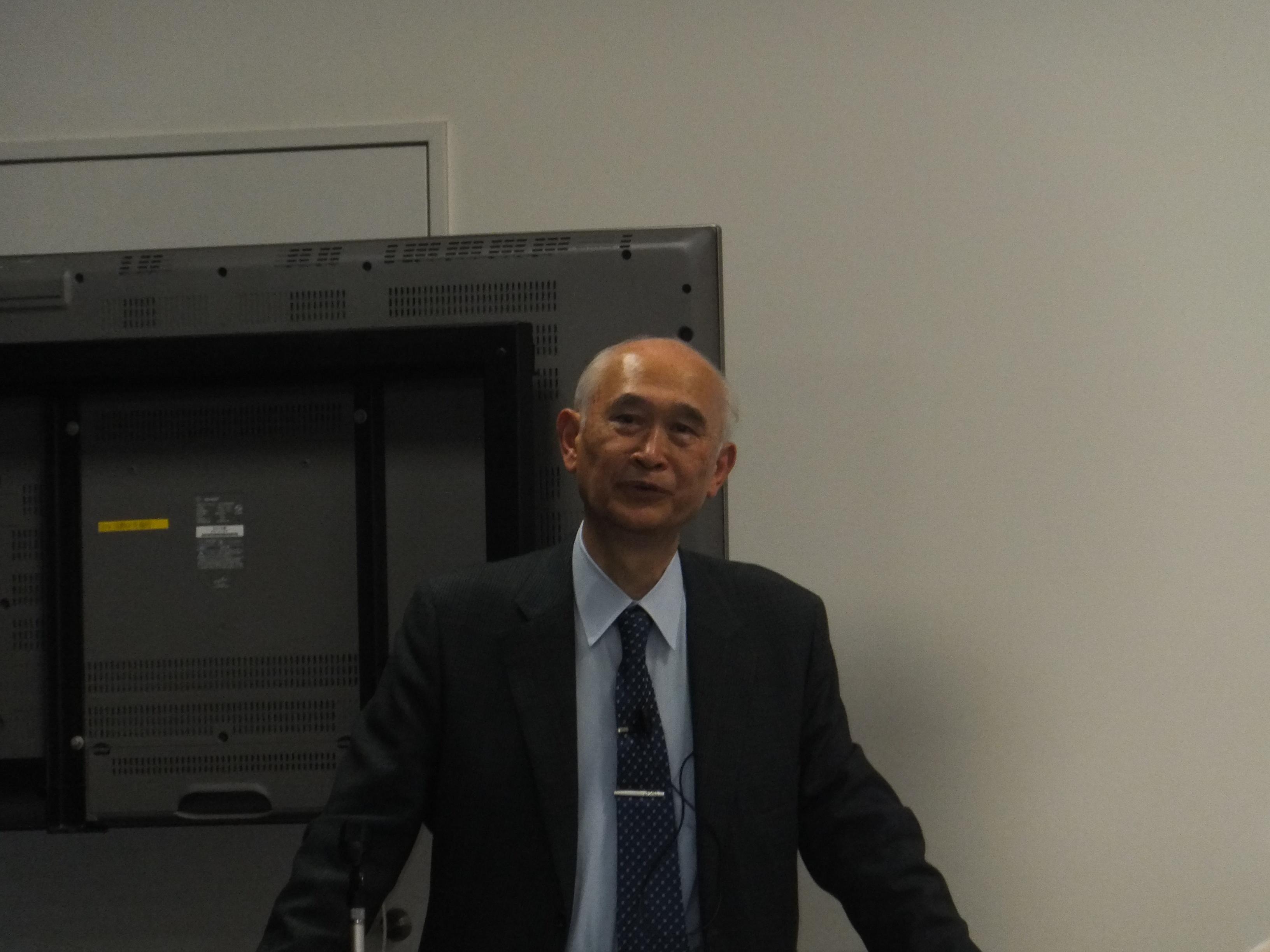 講演する西教授