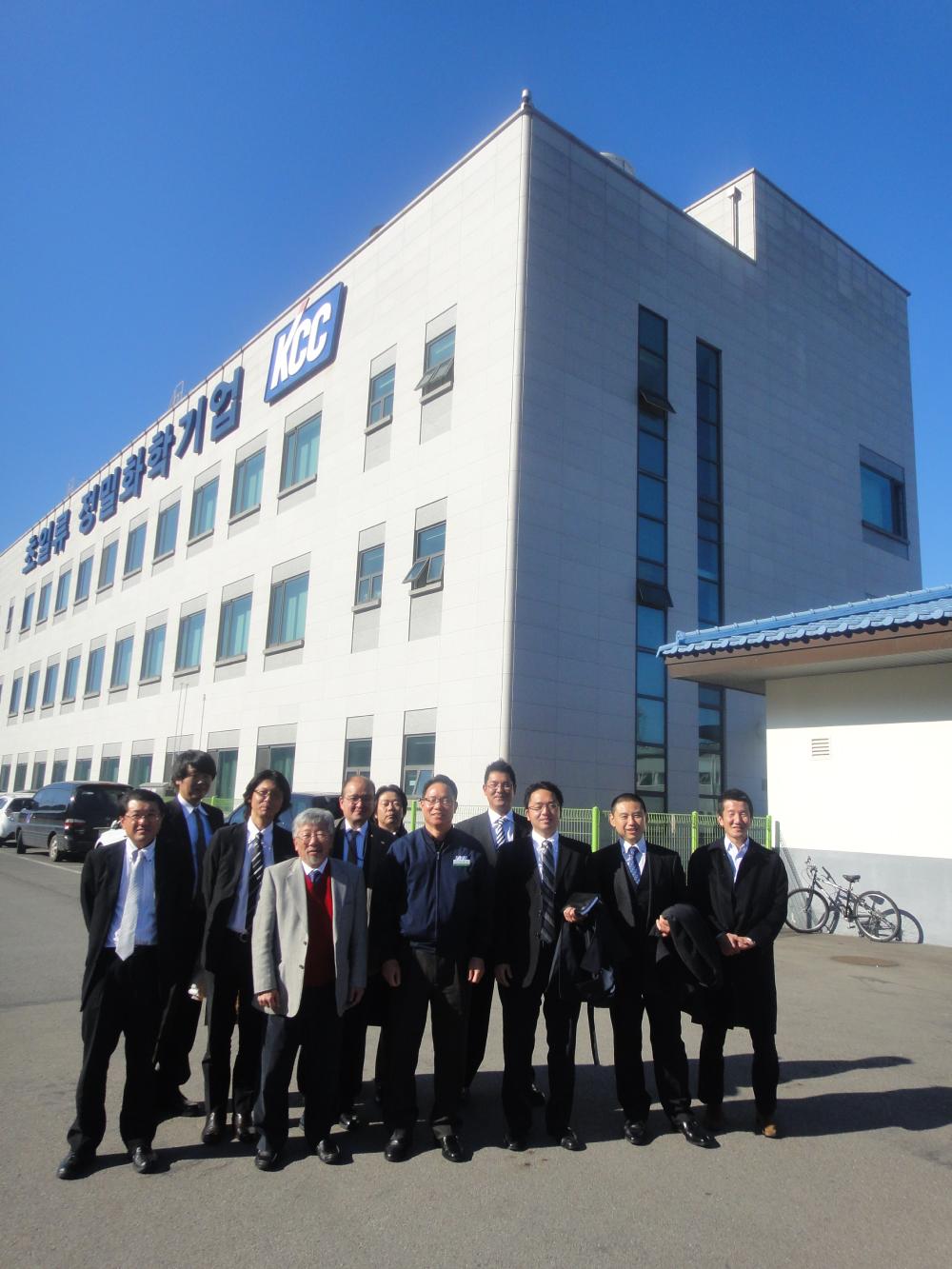 韓国KCC工場前で記念撮影