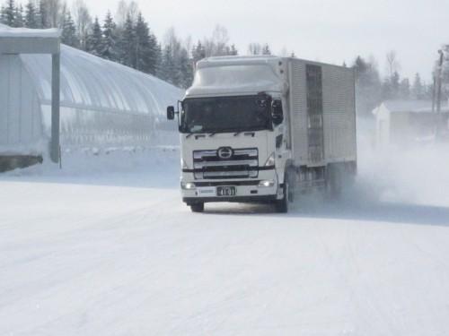 積雪路を走行するトラック