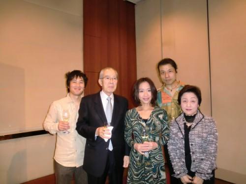 演奏メンバーの皆さんと左から2人目がオガタ護謨平松社長、平松加奈さん、平松啓子夫人