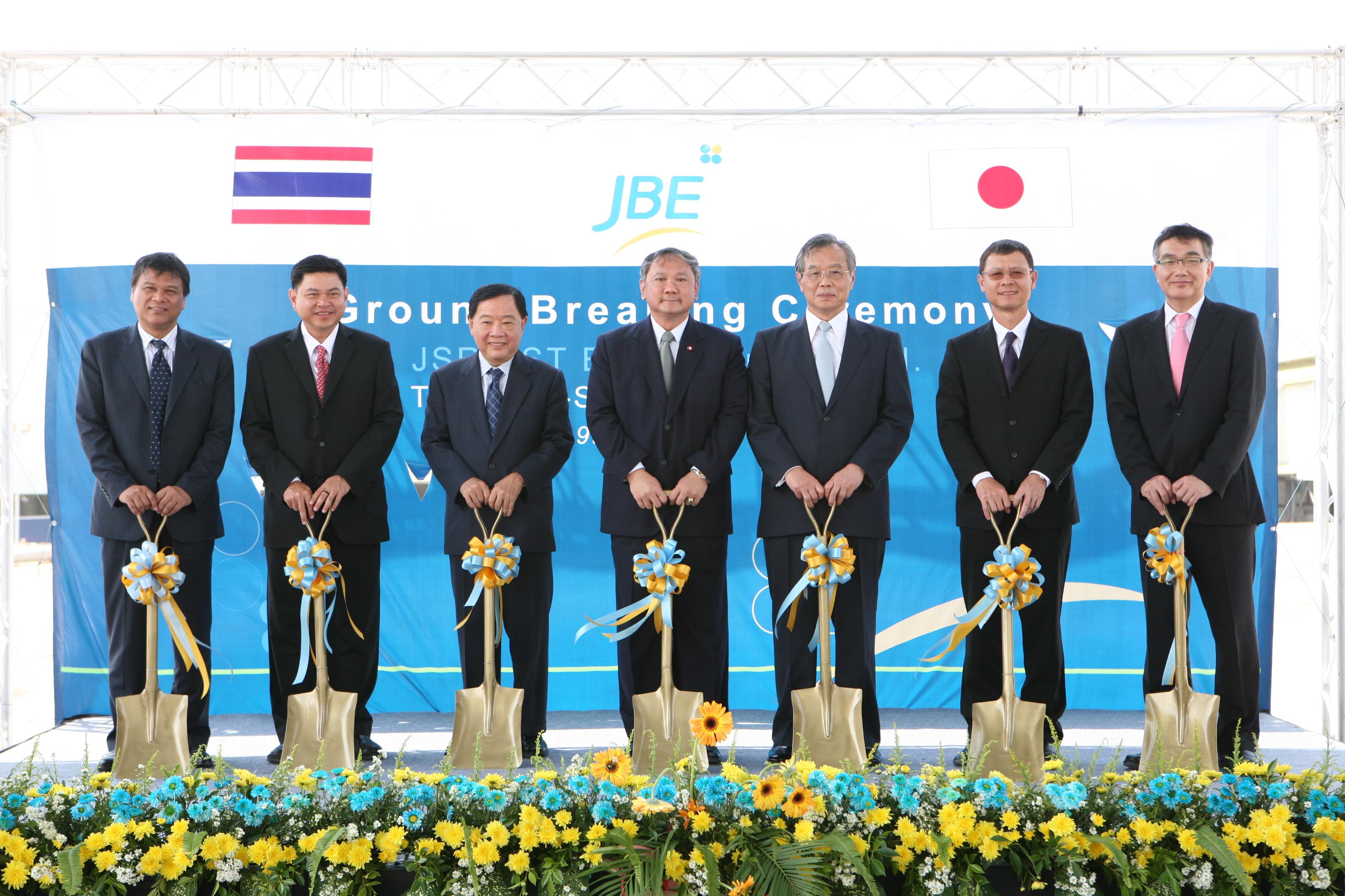 JBE起工式 左から2人目チャカラ タイ工業団地公社副総裁、3人目ピチット BST社長、4人目タワチャイ ラヨン県知事、5人目吉田JSR会長、7人目長友JBE社長
