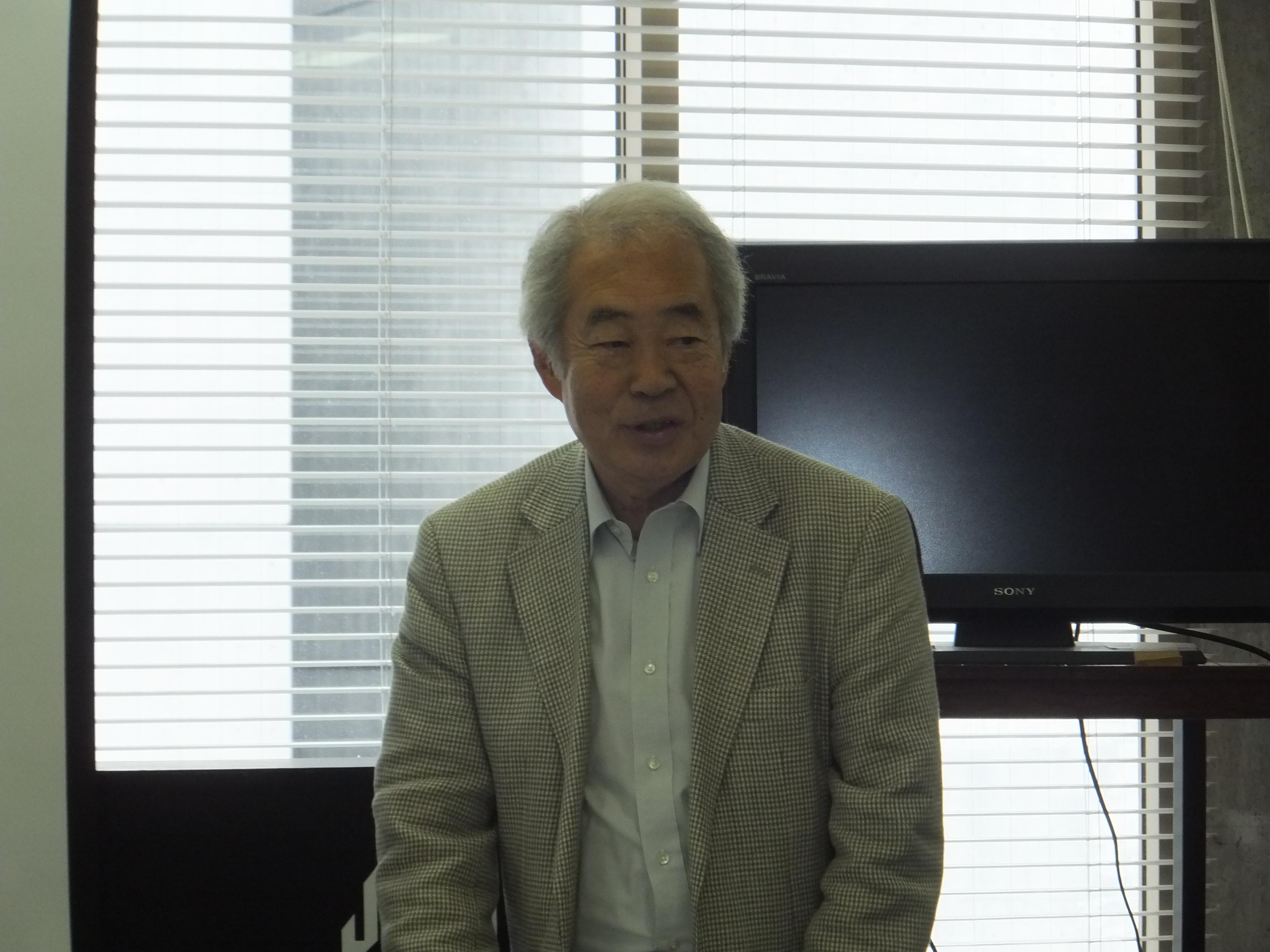 あいさつする西川会長