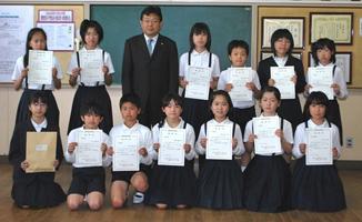 【受賞者と一緒に(中関小学校)】