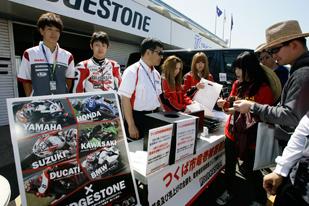 モータースポーツグッズ販売を通した募金活動の様子