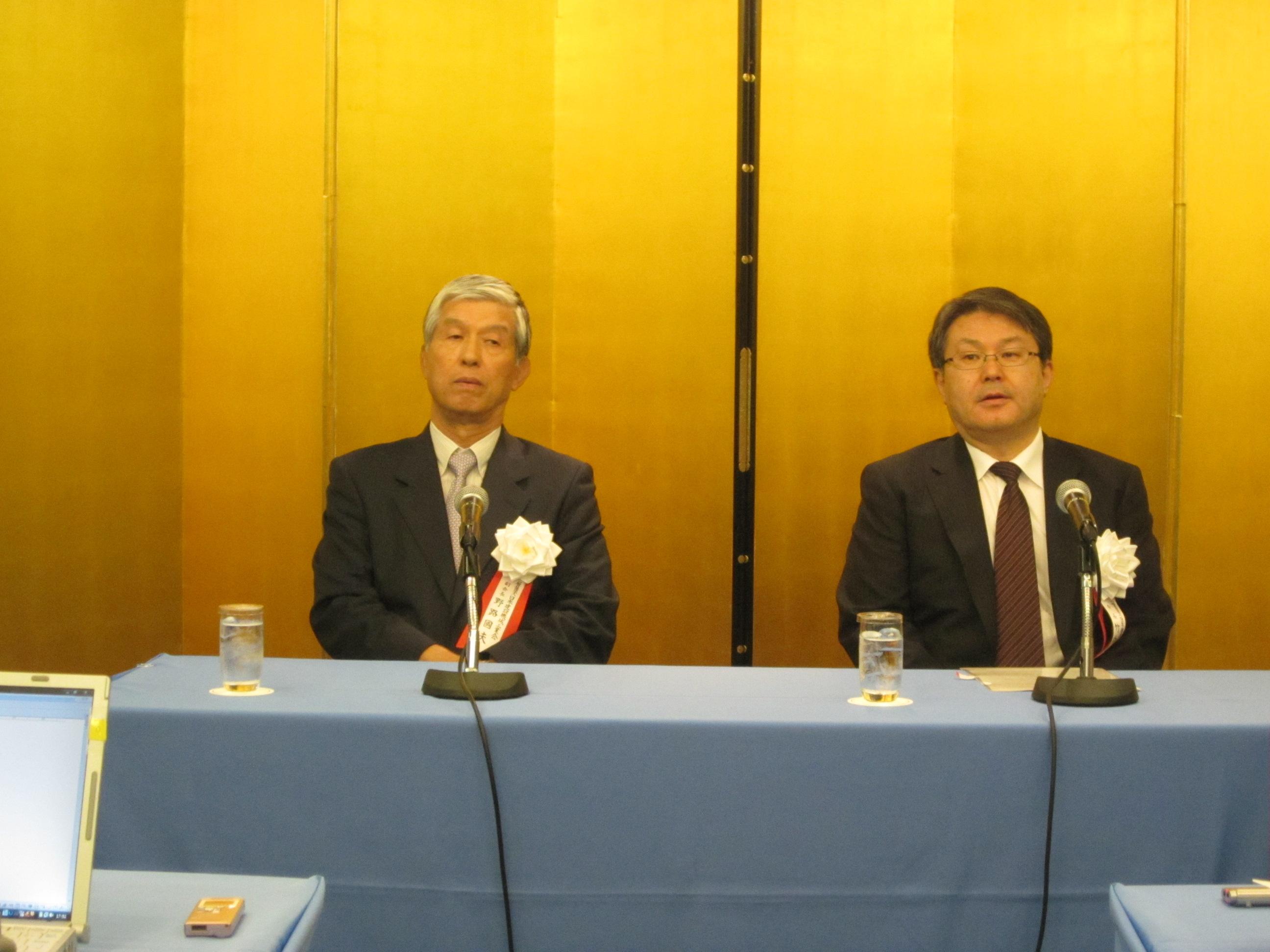 就任記者会見の様子:左野路前会長、右竹内新会長