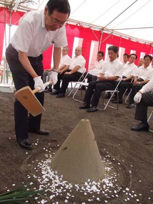 起工式で神事に臨む西村社長(左)