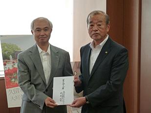 左:峯尾啓司 久留米工場長、右:楢原利則 久留米市長