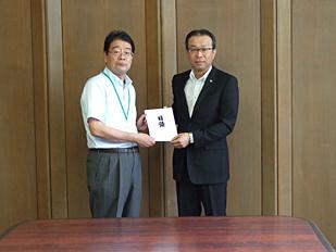 左:森田俊介 朝倉市長、右:山﨑憲二 甘木工場長