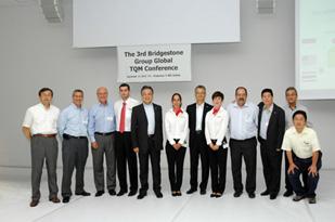 <津谷CEO(左から5人目)、西海COO(右から6人目)とブルゴス工場関係者など>