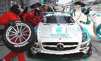 ヨコハマタイヤを装着して総合優勝を果たした1号車のピットイン作業