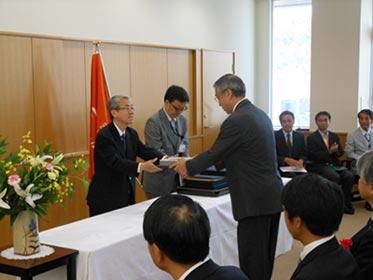 登録証授与式の様子(左は国立科学博物館館長 近藤信司氏)