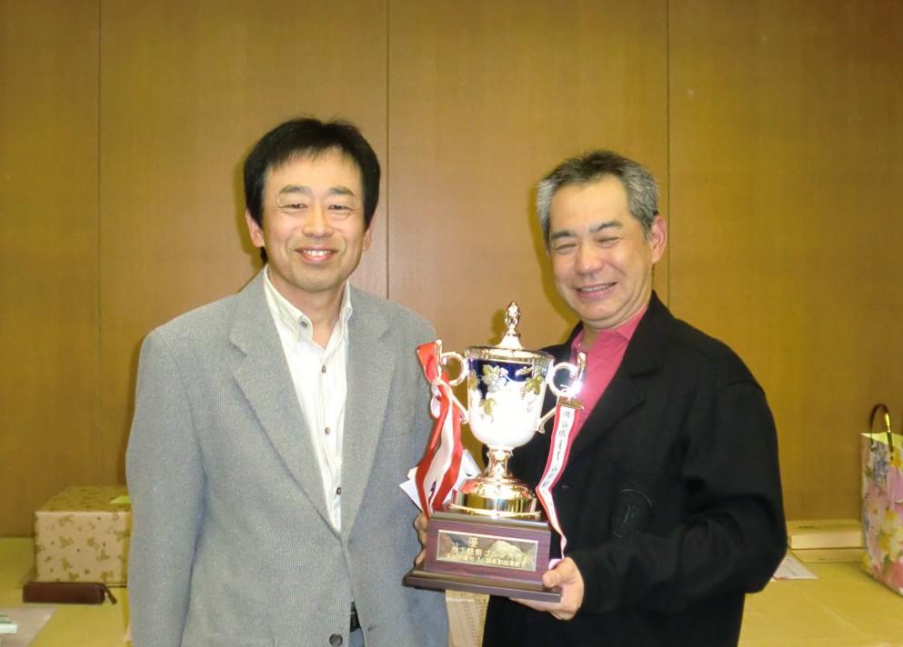 左・川島理事長、右・優勝の長谷川氏
