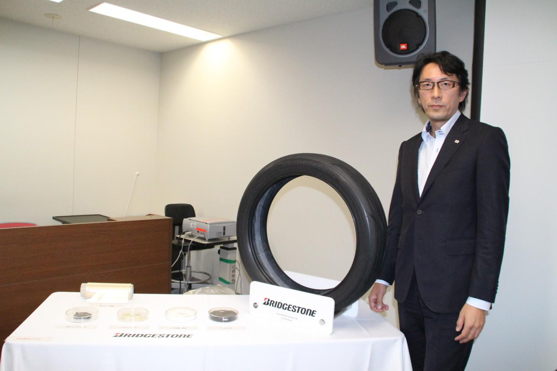 技術説明に当たった高木本部長とコンセプトタイヤ