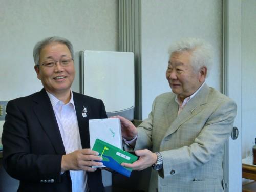 左・満面の笑み浮かべる優勝の齋藤会長、左・前会長の山上氏
