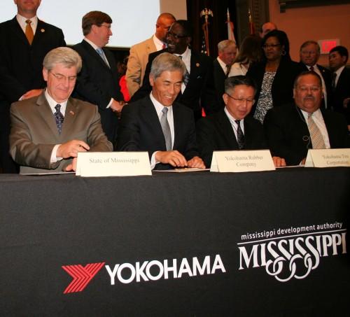 覚書調印式の模様。野地彦旬横浜ゴム社長(左から2人目)とフィル・ブライアントミシシッピ州知事(左端)