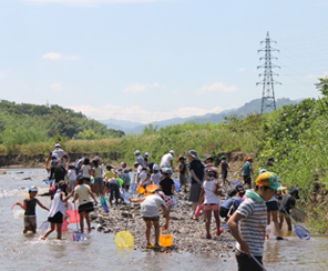 芹川での自然観察会の様子(2012年)