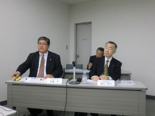決算発表する右・横山社長、左・社長就任予定の伊藤副社長