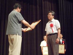 認定証授与式の様子(右:広石勝善磐田工場長)