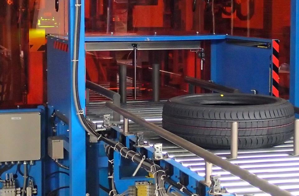 タイヤにカラー印刷が可能な印刷機