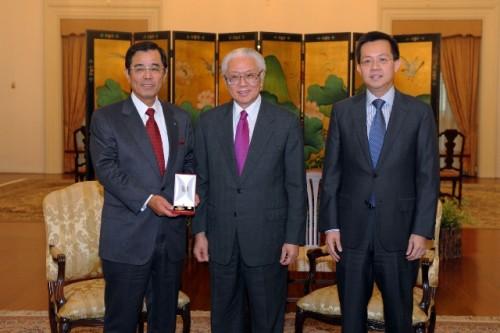 左から高橋会長、Tony Tanシンガポール大統領、Leo YiPシンガポール開発庁長官