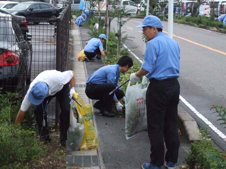 清掃活動に取り組む従業員