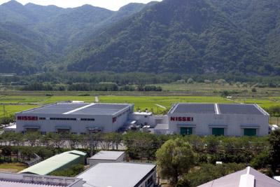 太陽光発電装置を設置した第7工場(左)と第8工場(右)の全景