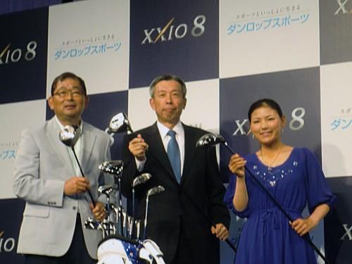 左から中嶋常幸プロ、ダンロップ野尻恭社長、横峯さくらプロ