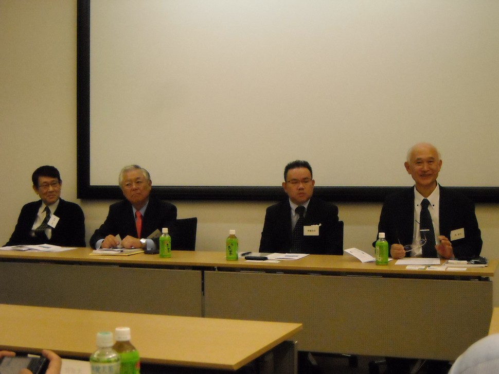 記者発表を行う(右から)西代表理事、伊藤会長、斎藤連合会会長ら