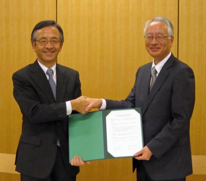 10月11日調印式(左:電気化学工業 綾部専務、右:山形大学 飯塚研究科長)