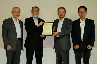 左から下須賀RC品質保証部長、増田お茶の水女子大学教授、綱島安全・環境企画管理部長、半沢化学品安全GL