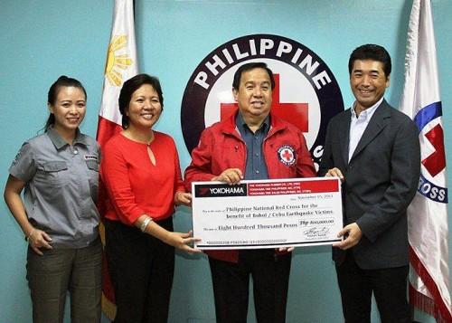 フィリピン赤十字社のリチャード・ゴードン会長(写真中央)と結城正博YTPI副社長兼YTSP社長(右)