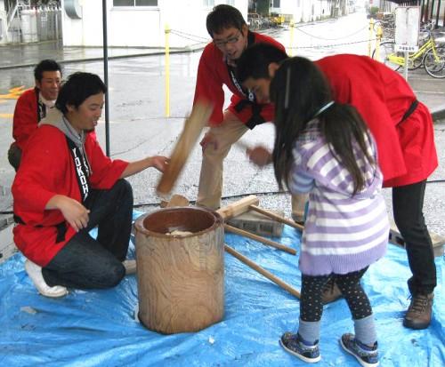 横浜ゴム従業員が主催する餅つき大会