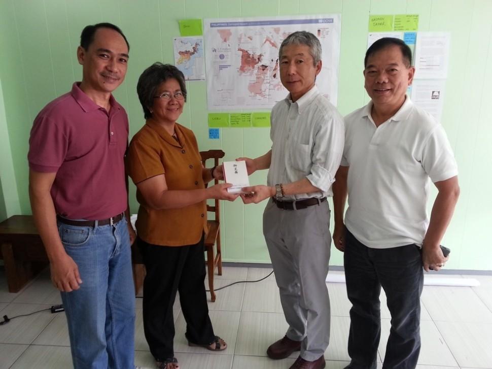 義援金を手渡すセナプロ・ケミカル・コーポレーション社長とクラレケミカル駐在員(右側2名)