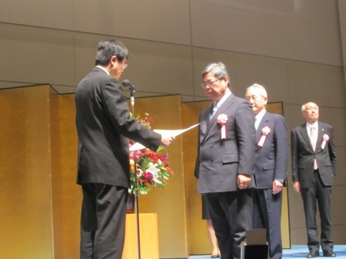 表彰状を授与される吉井満隆社長
