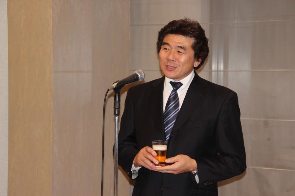 乾杯の発声をする西井英正副会長