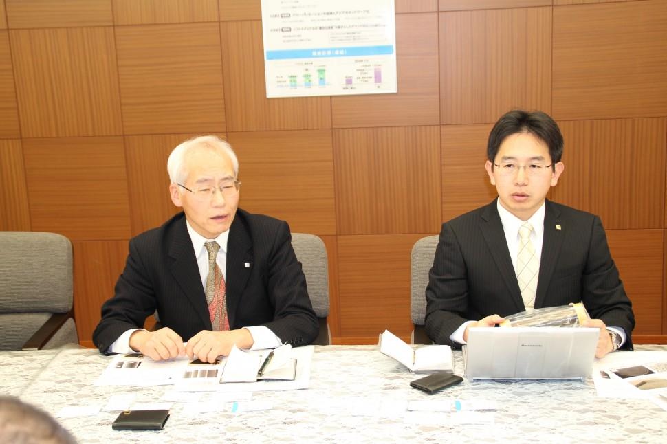 技術説明する執行役員テクニカルセンター長の西野駐氏(左)とテクニカルセンター兼高知工場長の小向拓治氏(右)